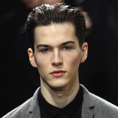 7 peinados de moda de hombre for Peinado hacia atras hombre