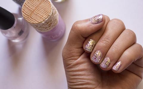 DIY: Uñas metálicas con glitter dorado y plateado